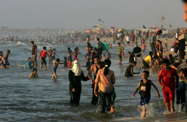 8DPalestinians-enjoy-a-beach-in-Gaza_5_1